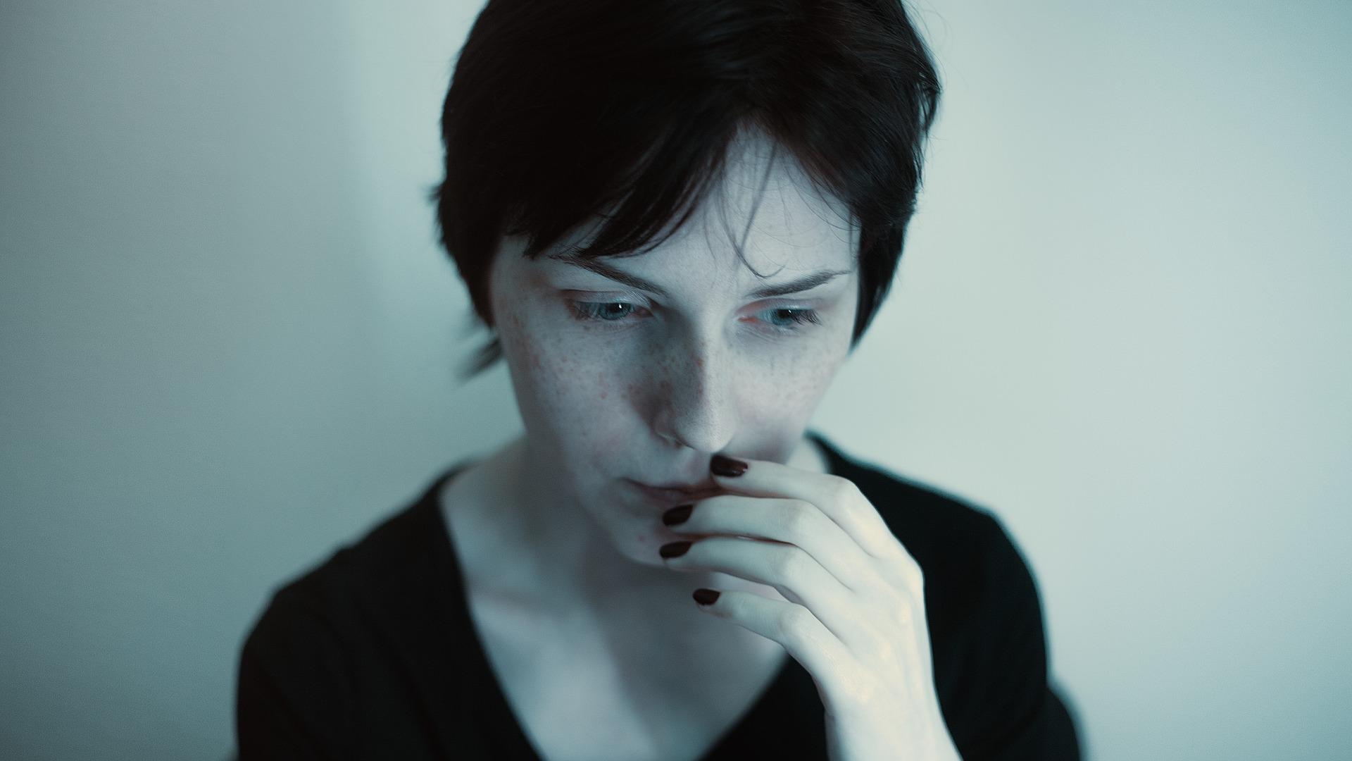 Junge Frau nachdenklich und mit Ängsten