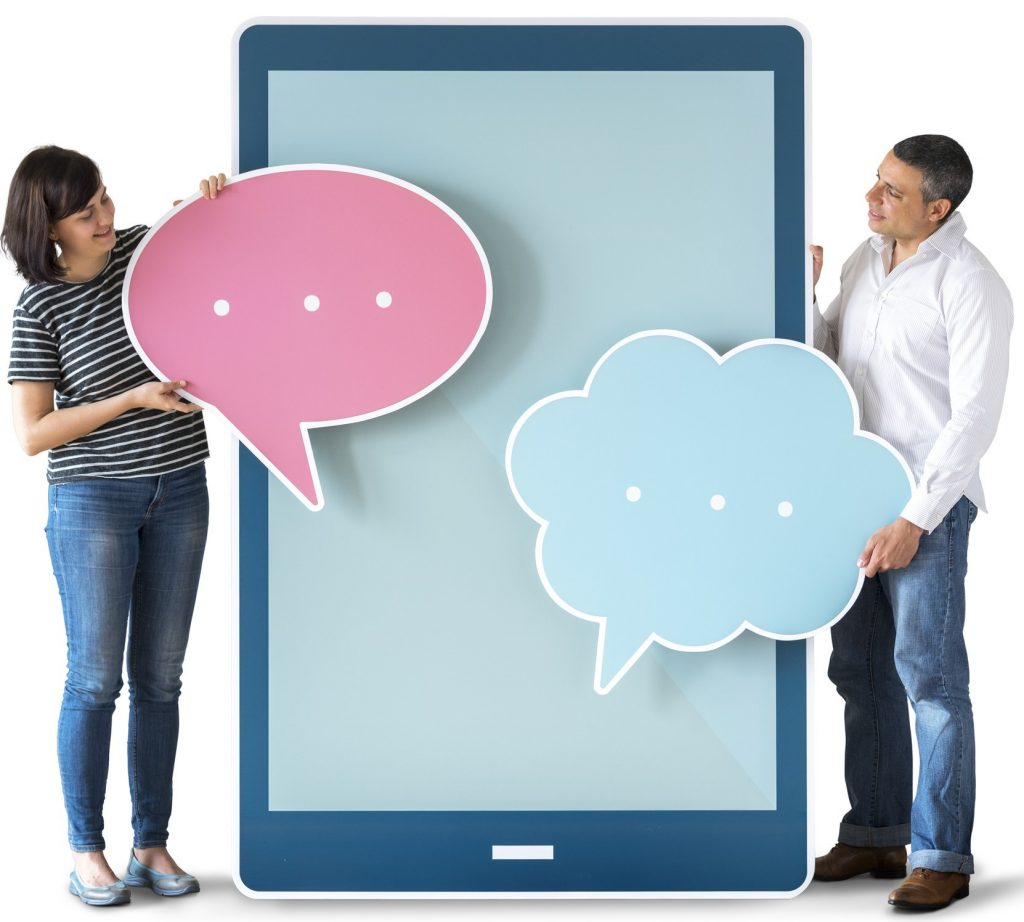 Mann und Frau stehen, mit Sprechblasen in der Hand, vor einem blauen Tabletdisplay