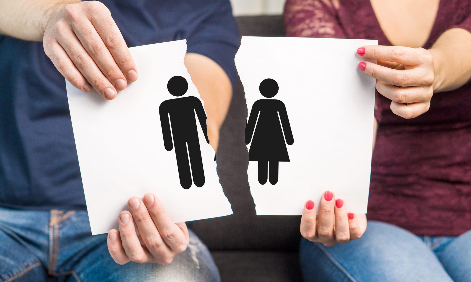 Bild mit Mann und Frau in der Mitte zerrissen