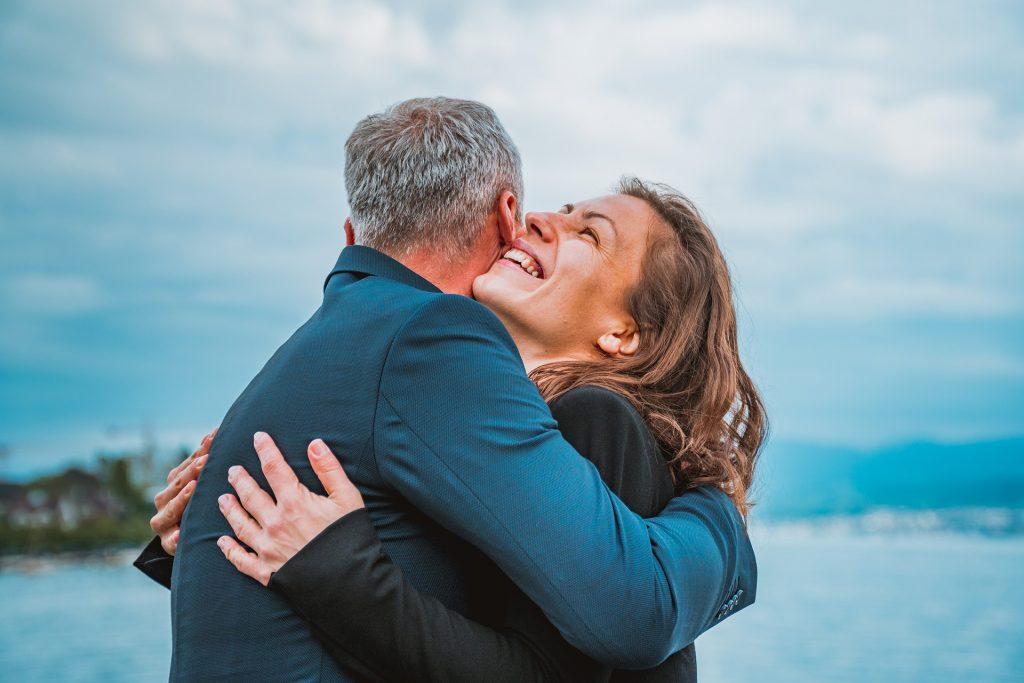 Mann und Frau umarmen sich glücklich