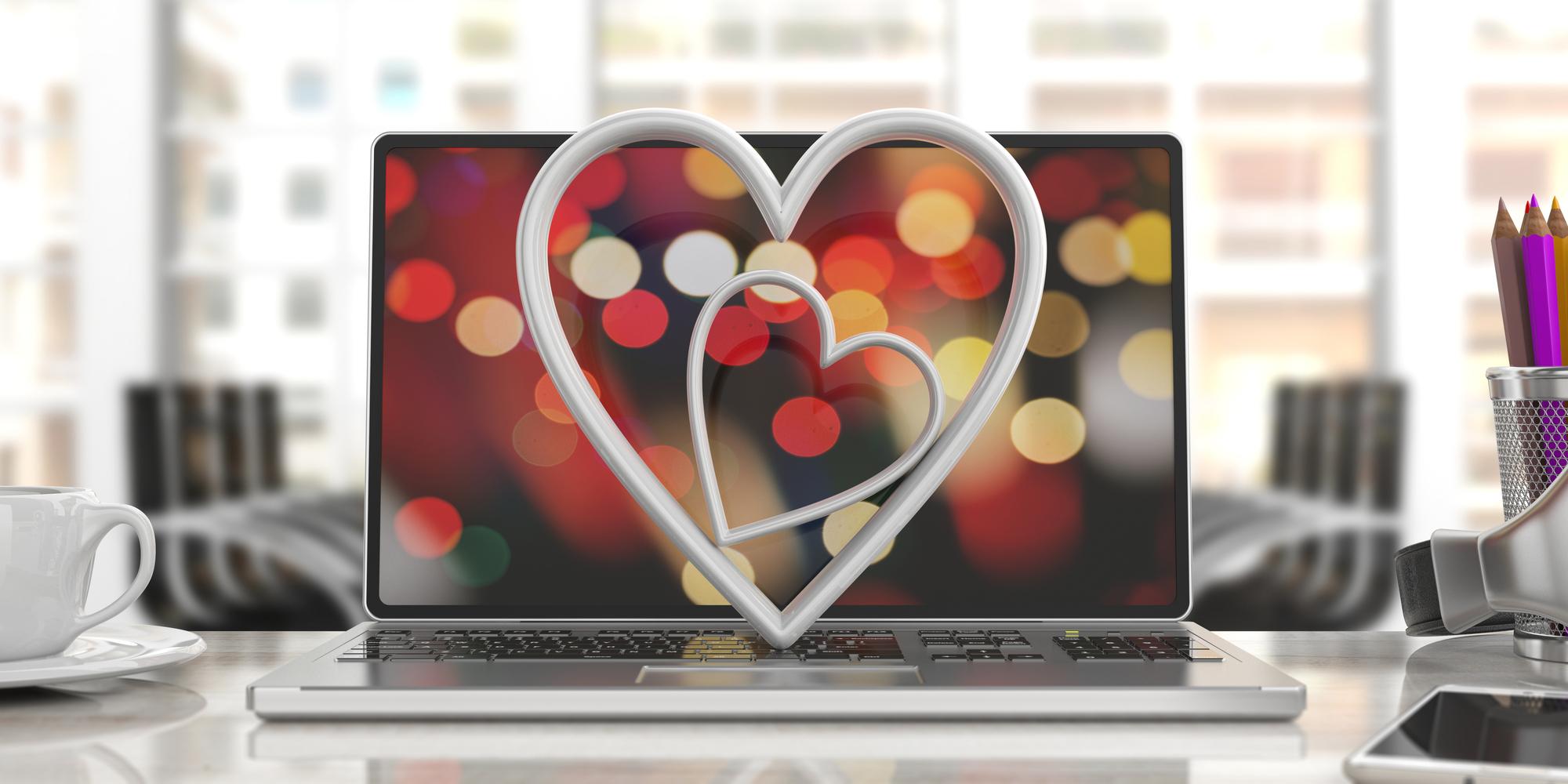 Zwei weiße Herzen vor einem Monitor