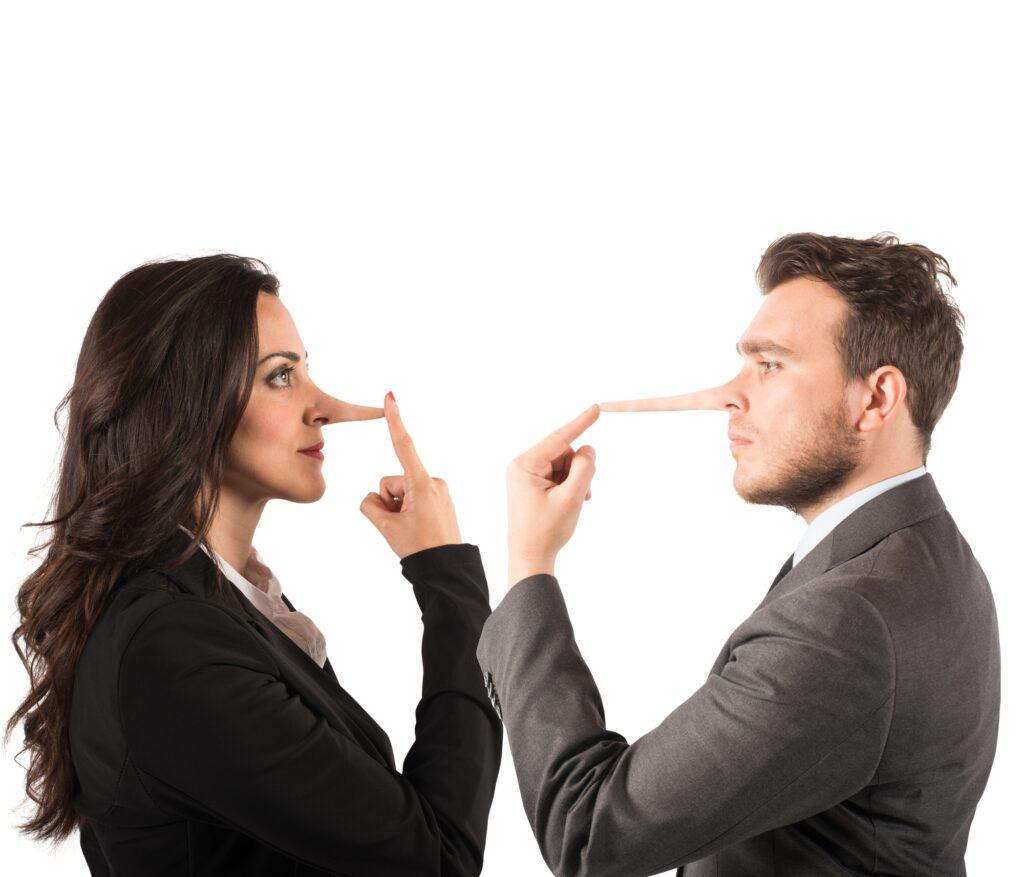Paar mit langer Pinocchio Nase