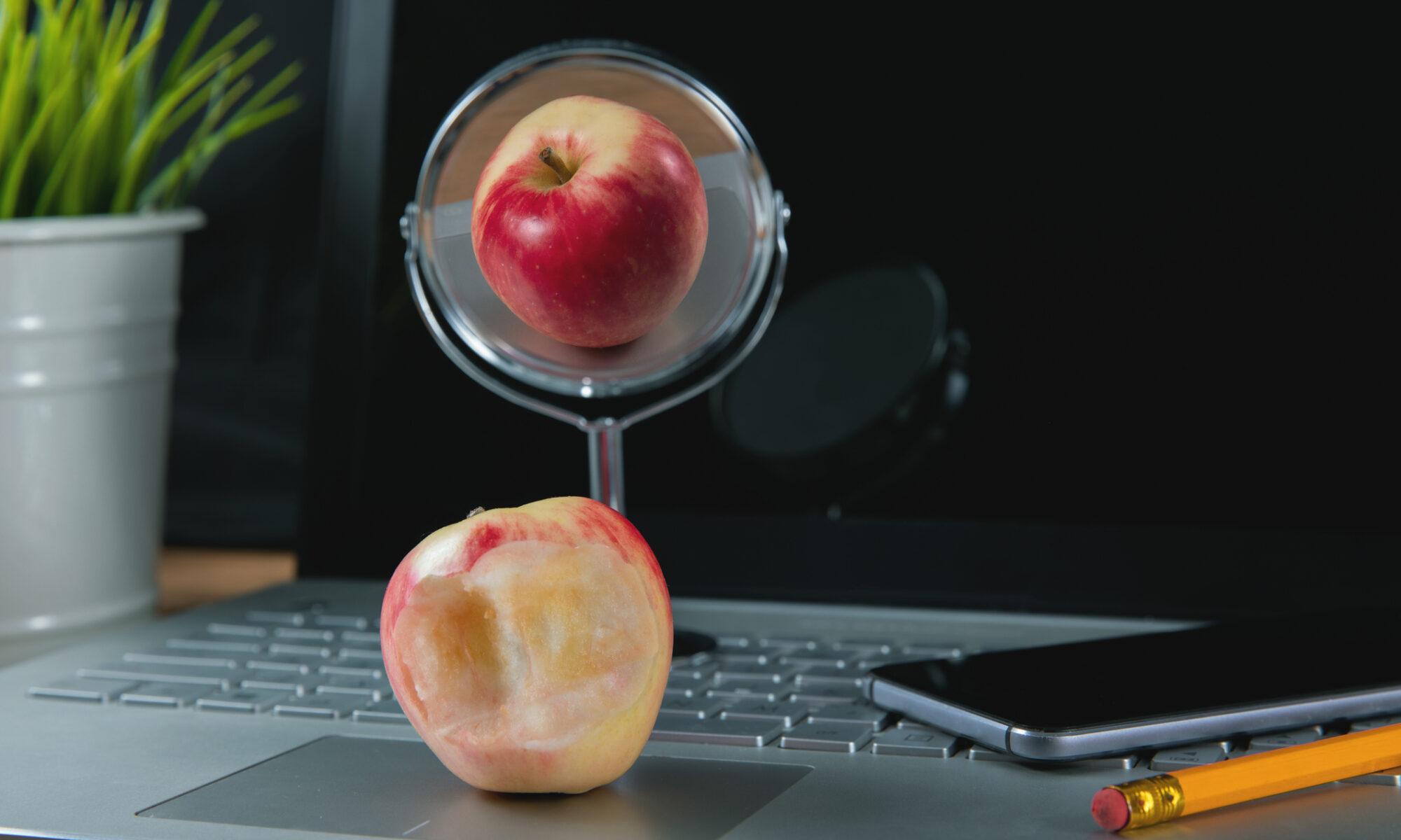 Spiegelbild zeigt einen Apfel schöner als er ist