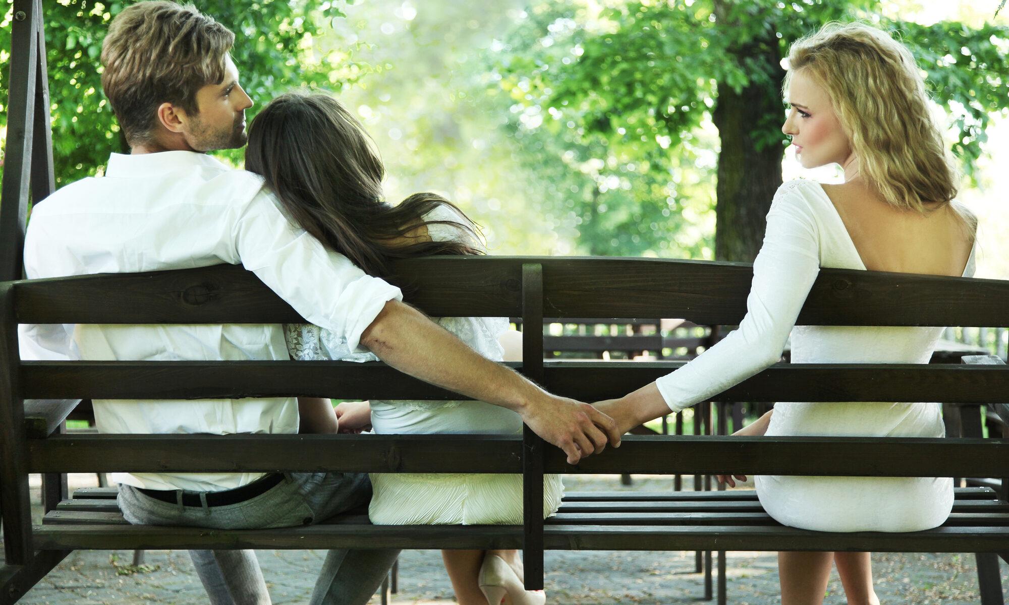 Mann mit 2 Frauen auf der Parkbank