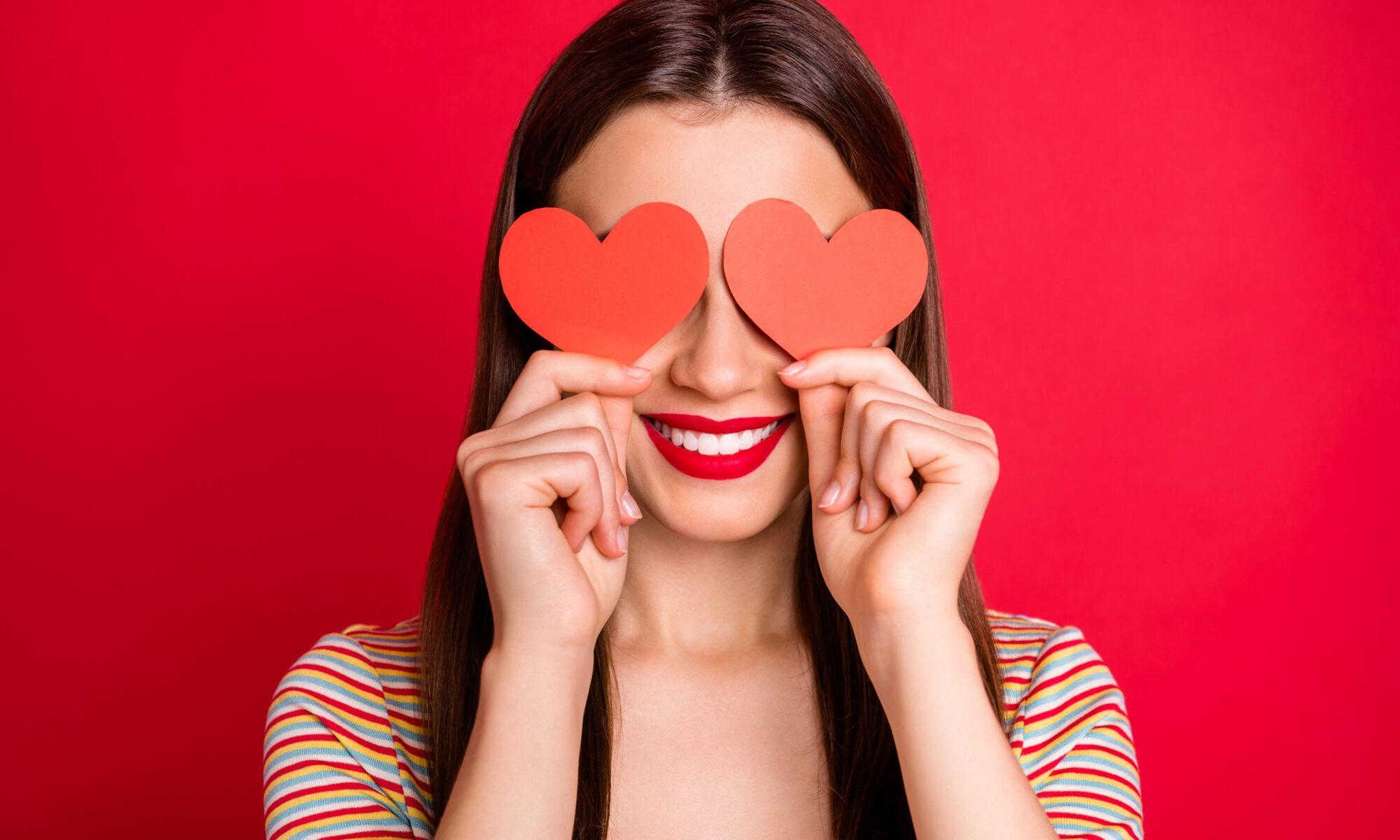 Frau verliebt mit Herzen vor den Augen
