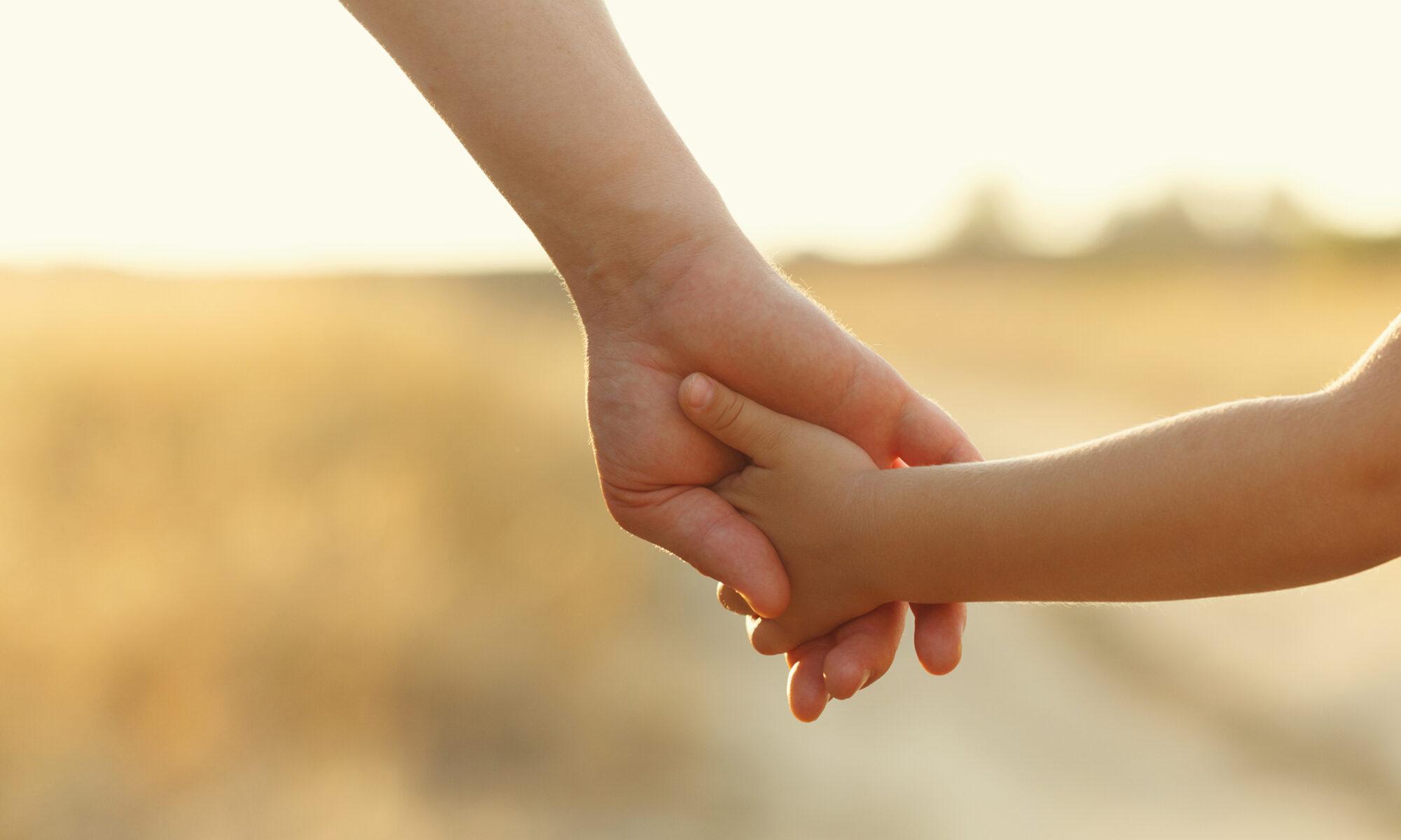 Erwachsenen Hand hält Kinderhand