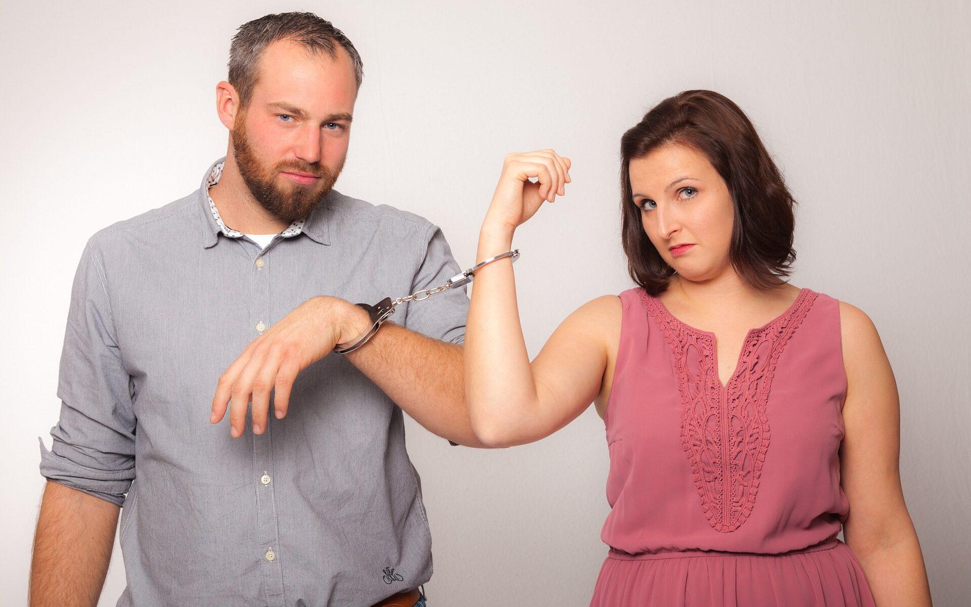 Paar mit Handschellen
