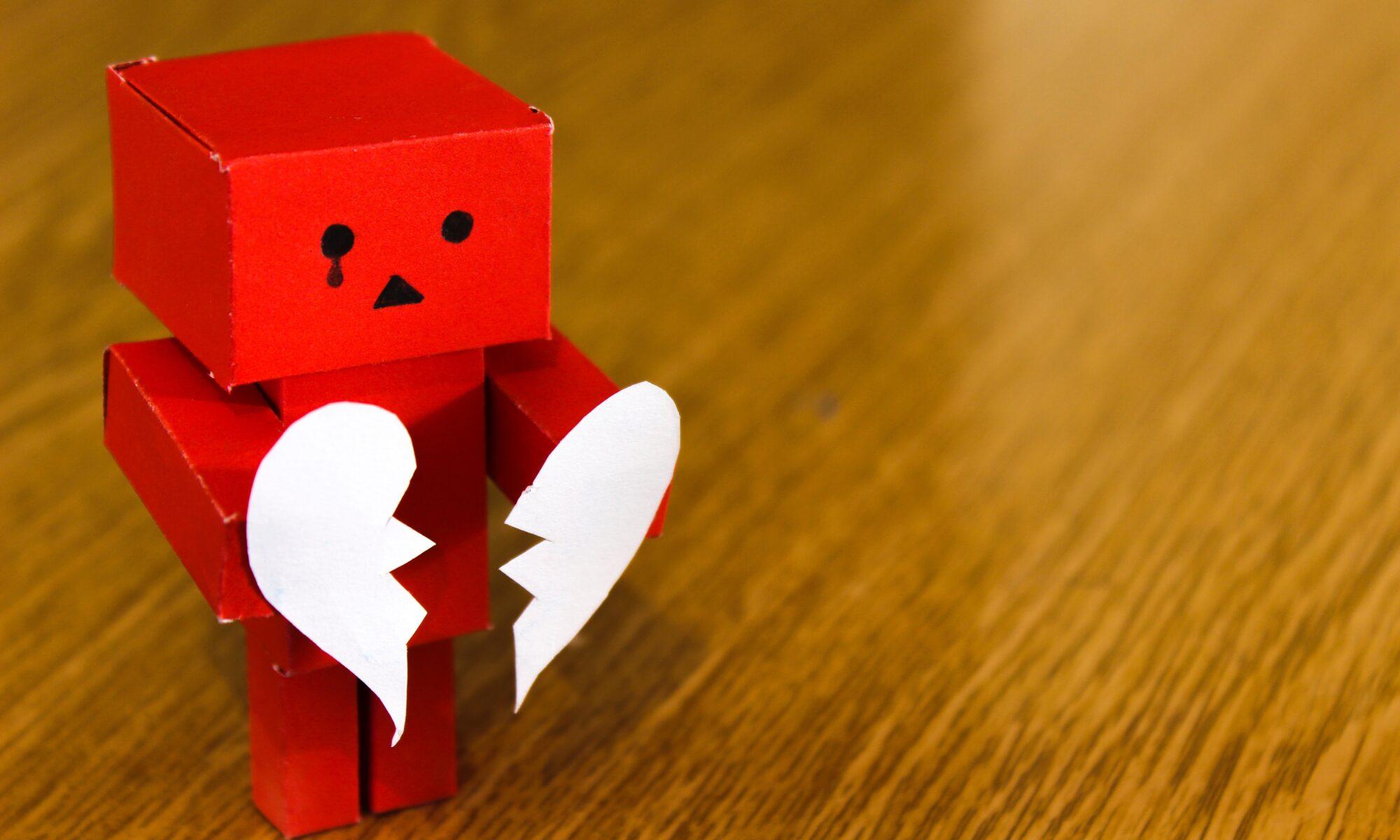 Papiermännchen mit gebrochenem Herz