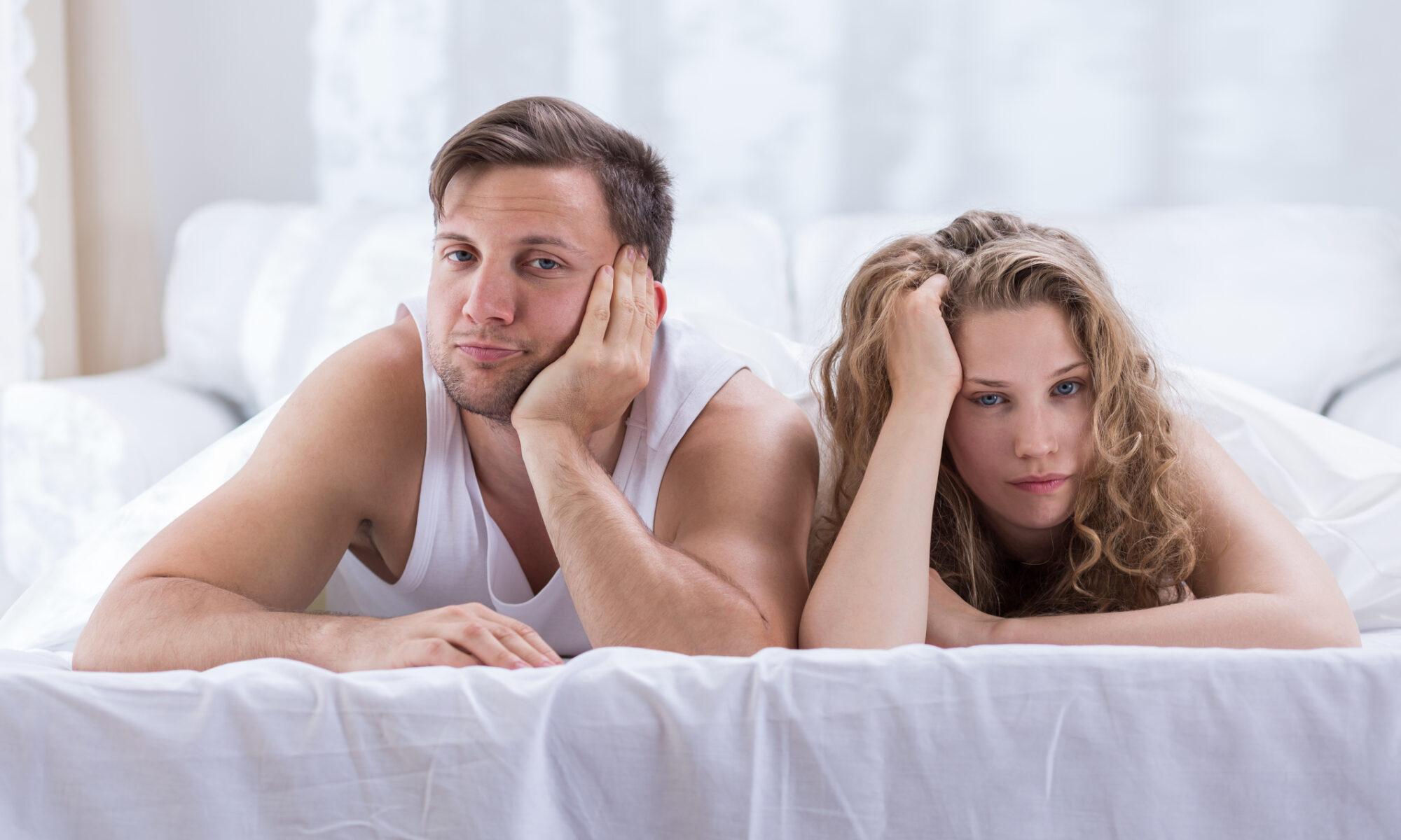 Gelangweiltes Paar im Bett