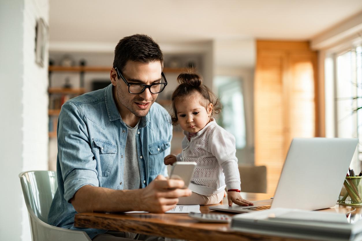 Alleinerziehender Mann mit Kind am Smartphone