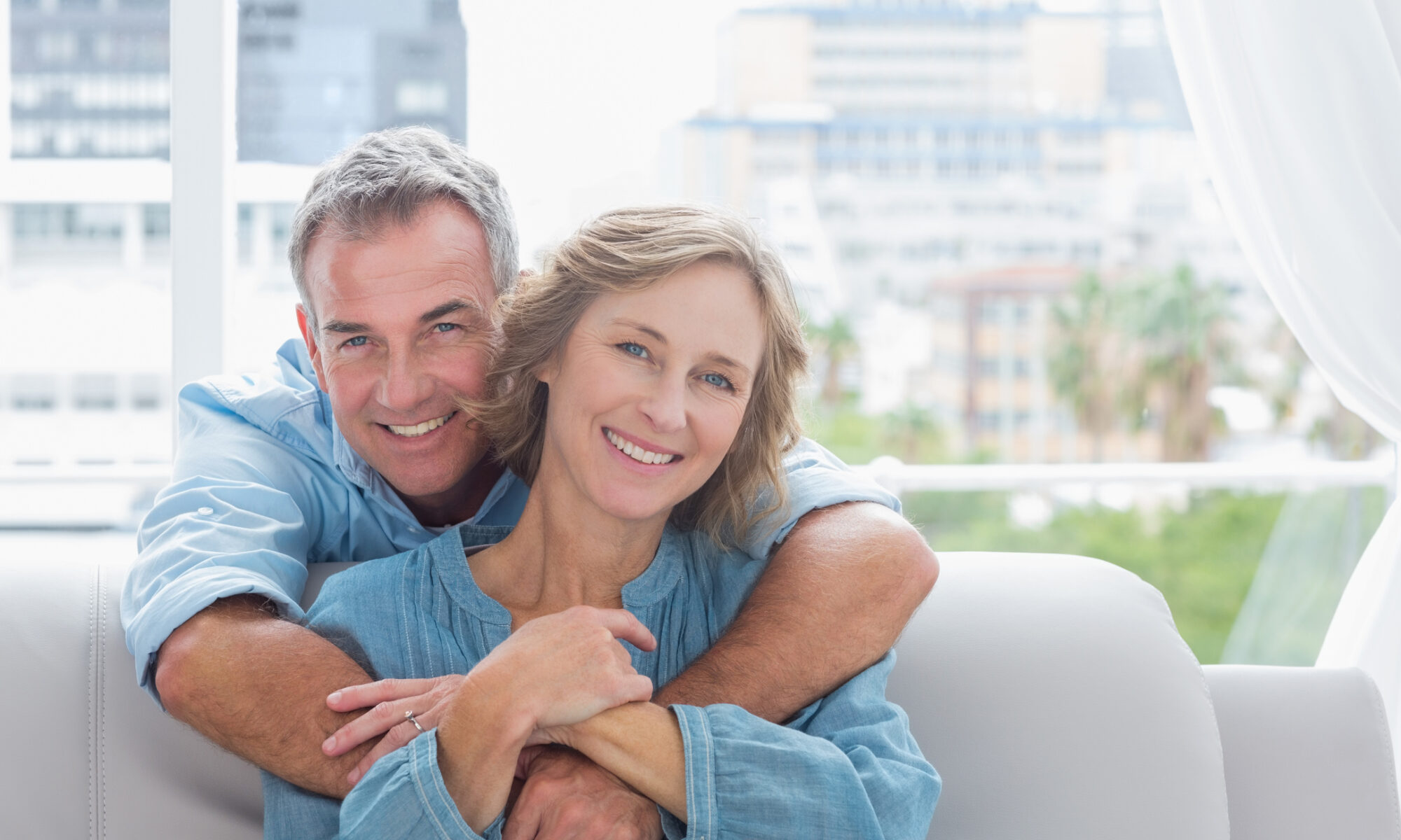 Glückliches Paar mittleren Alters
