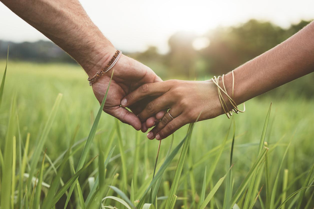 Hände halten sich zärtlich