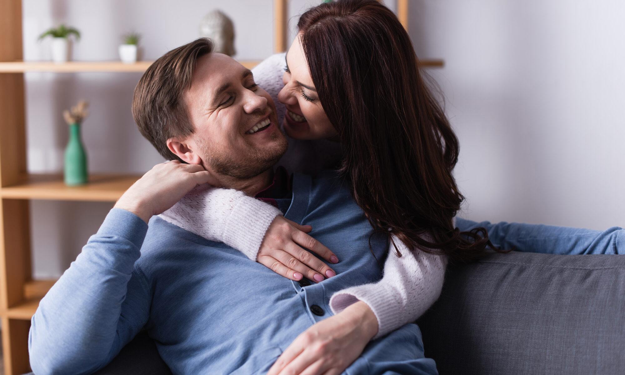 Paar umarmt sich fröhlich