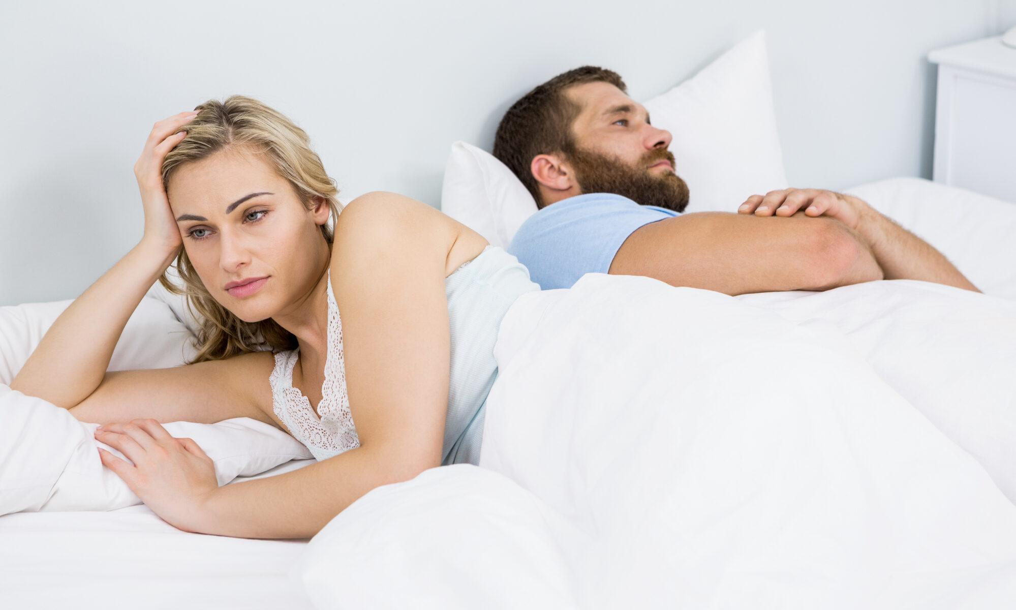 Mann und Frau im Bett ohne Lust auf Sex